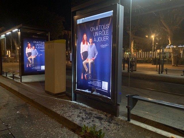 Une vitre d'un abribus place Jean Jaurès a été brisée par des jeunes supporters.