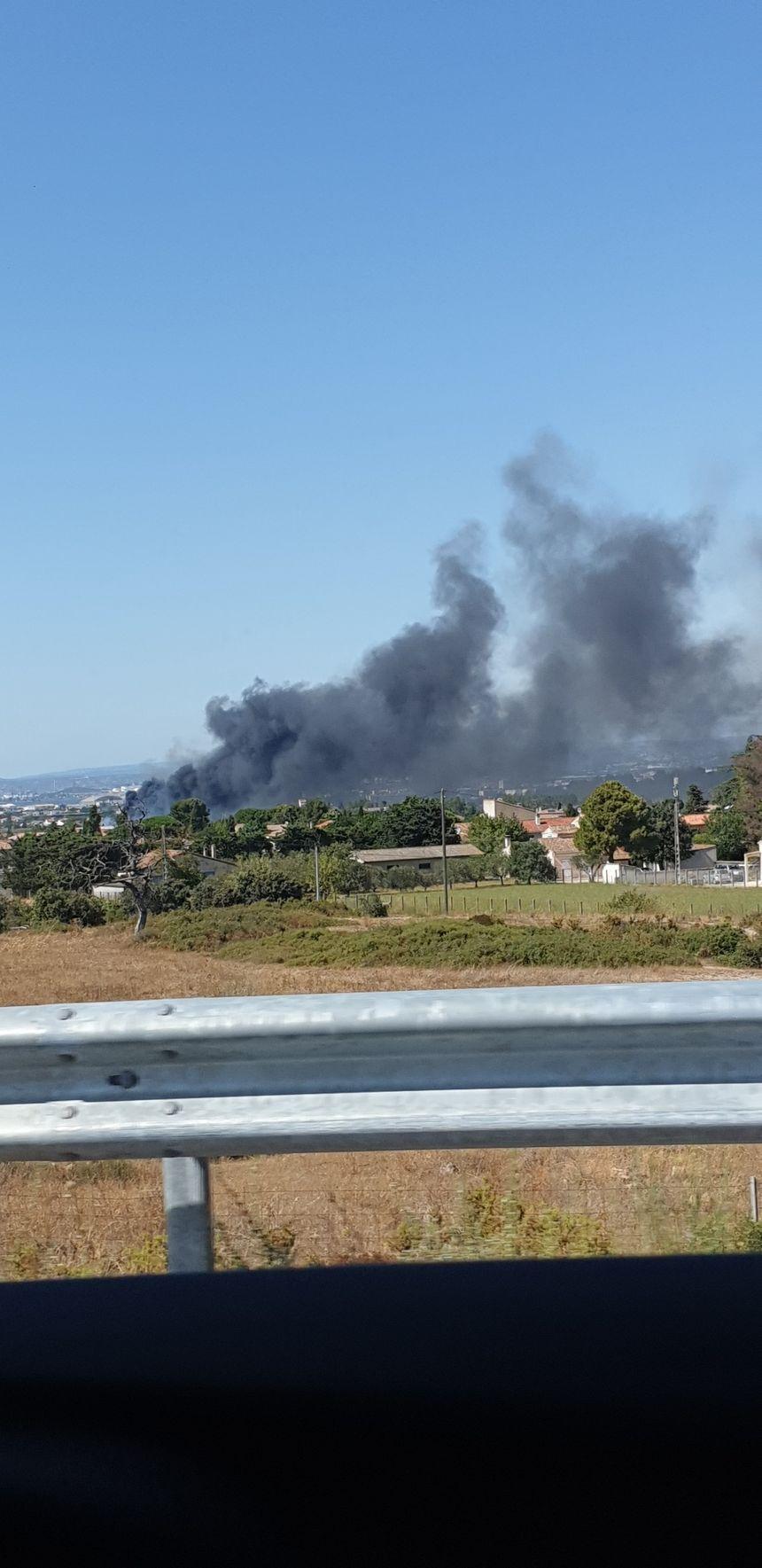 Le feu visible depuis la route