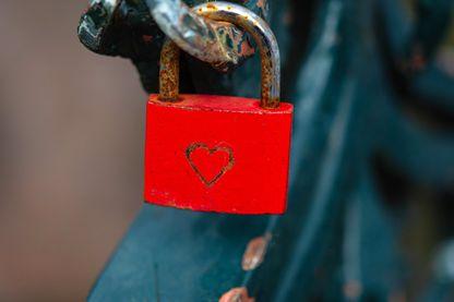 Pour exprimer à l'autre son transport amoureux, certains chantent, parlent, dessinent. Et puis d'autres accrochent des cadenas.