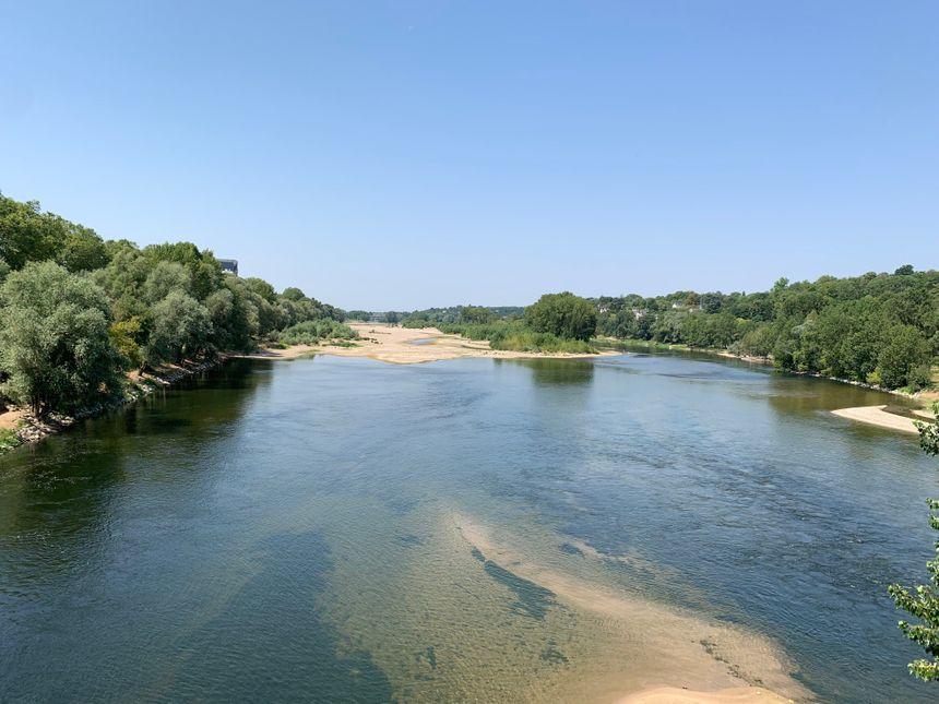 La Loire et ses impressionnants bancs de sable, vus depuis le pont Napoléon, à Tours, après 43 jours sans pluie