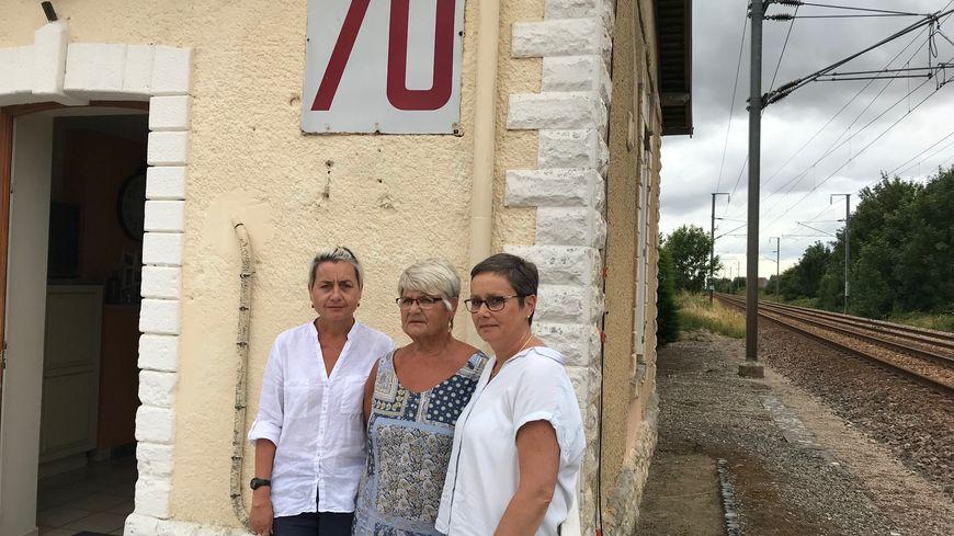 Entourée de ses filles Myriam et Gaëlle, Marie-Dominique Aubin doit quitter la maison dans laquelle elle s'est installée en 1968 avec son mari.