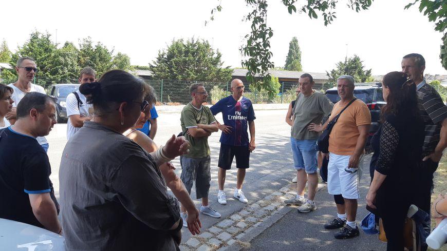 Des salariés de WN rassemblés près de l'usine après la présentation de l'audit