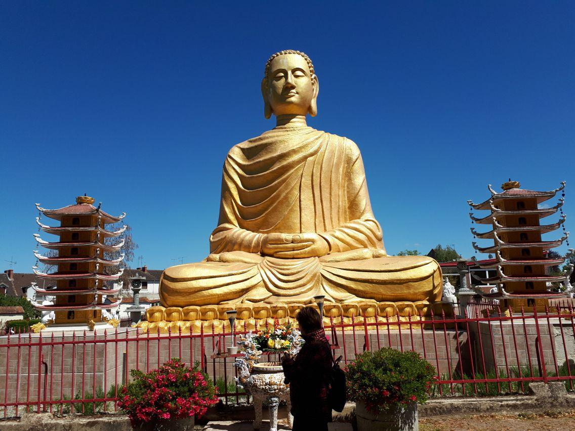 Dans la pagode du plus vietnamien des villages français.