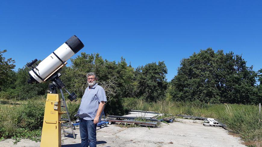 Xavier Debeerst dans son champ des étoiles à Sommières-du-Clain