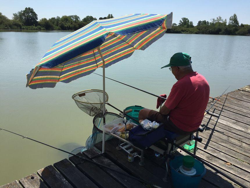 Jean-Paul pêche trois fois moins de poisson qu'en temps normal.