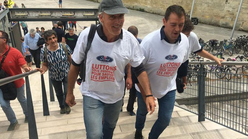 Les salariés de Ford, Philippe Poutou en tête, sont allés chercher la décision du tribunal en chantant