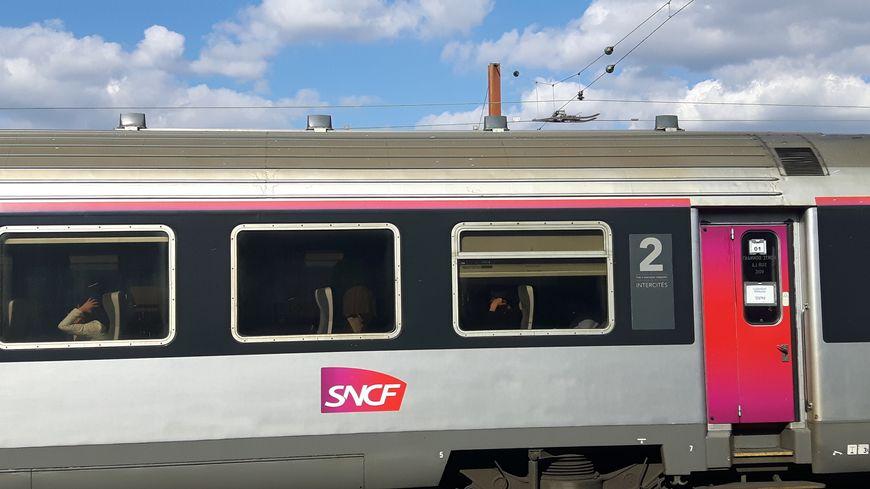Un homme de 92 ans a été mortellement percuté par un train Intercités, samedi 27 juillet, à Bengy-sur-Craon (Cher).