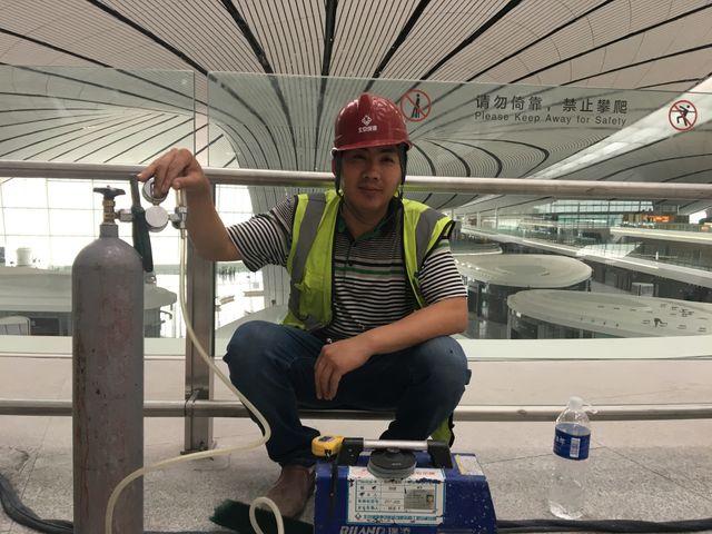 Plus d'un millier d'ouvrier mettent les bouchées doubles pour que le nouvel aéroport soit prêt en temps et en heure.