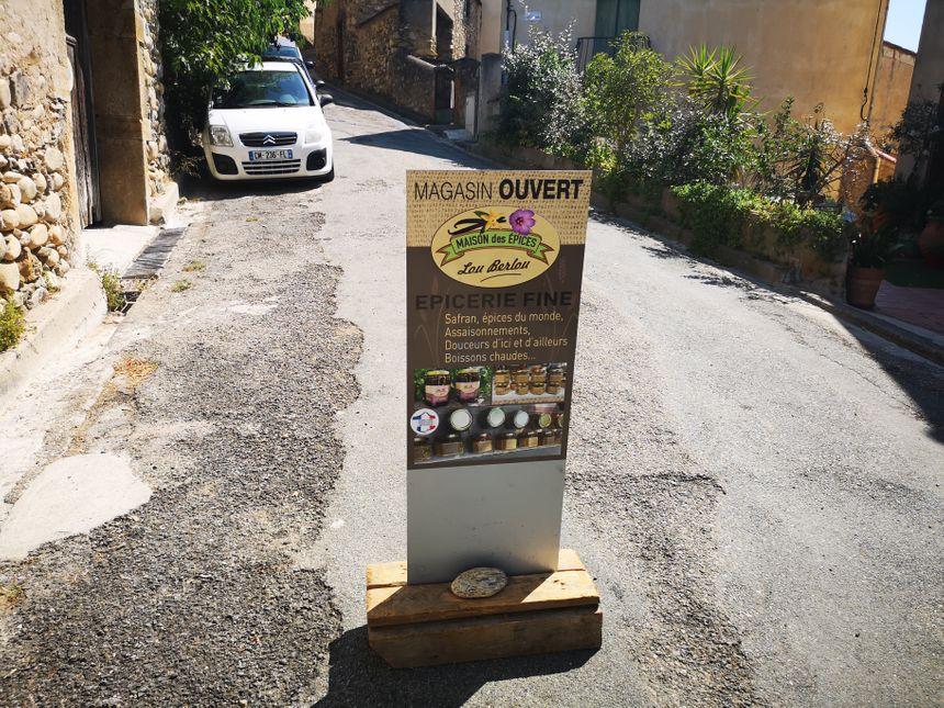 Une pancarte indique l'entrée du magasin de Nadine - Radio France