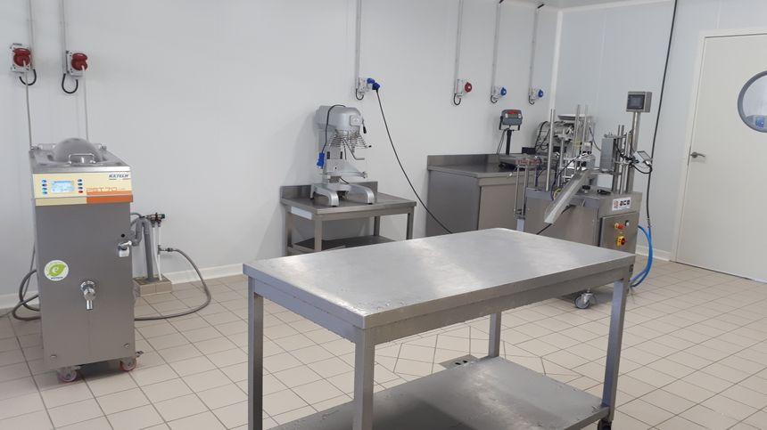 Le laboratoire où Matthias Colson transforme le lait de la ferme en crème glacée.