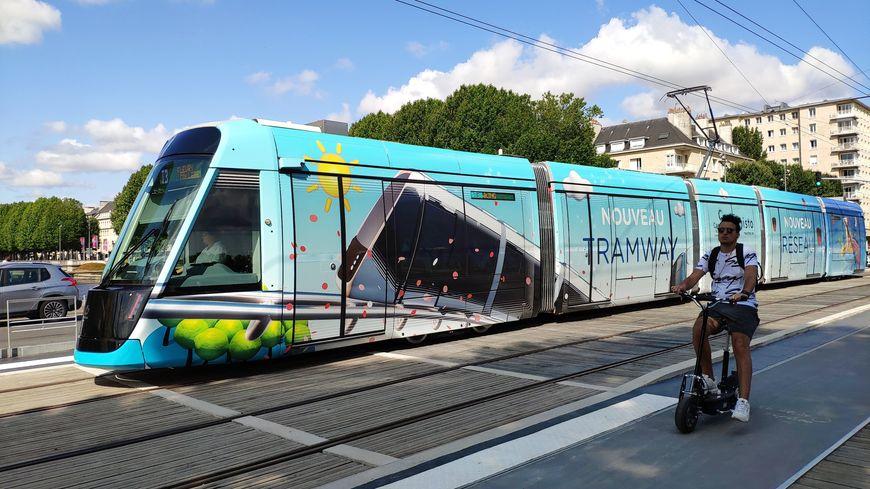 Le nouveau tramway, quai de Juillet, conquiert les habitants