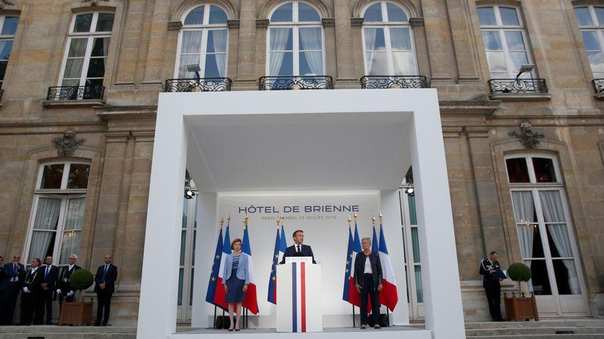 Emmanuel Macron, entouré par les ministres Florence Parly (à gauche) et Genevieve Darrieussecq (à droite), samedi 13 juillet 2019 à Paris.
