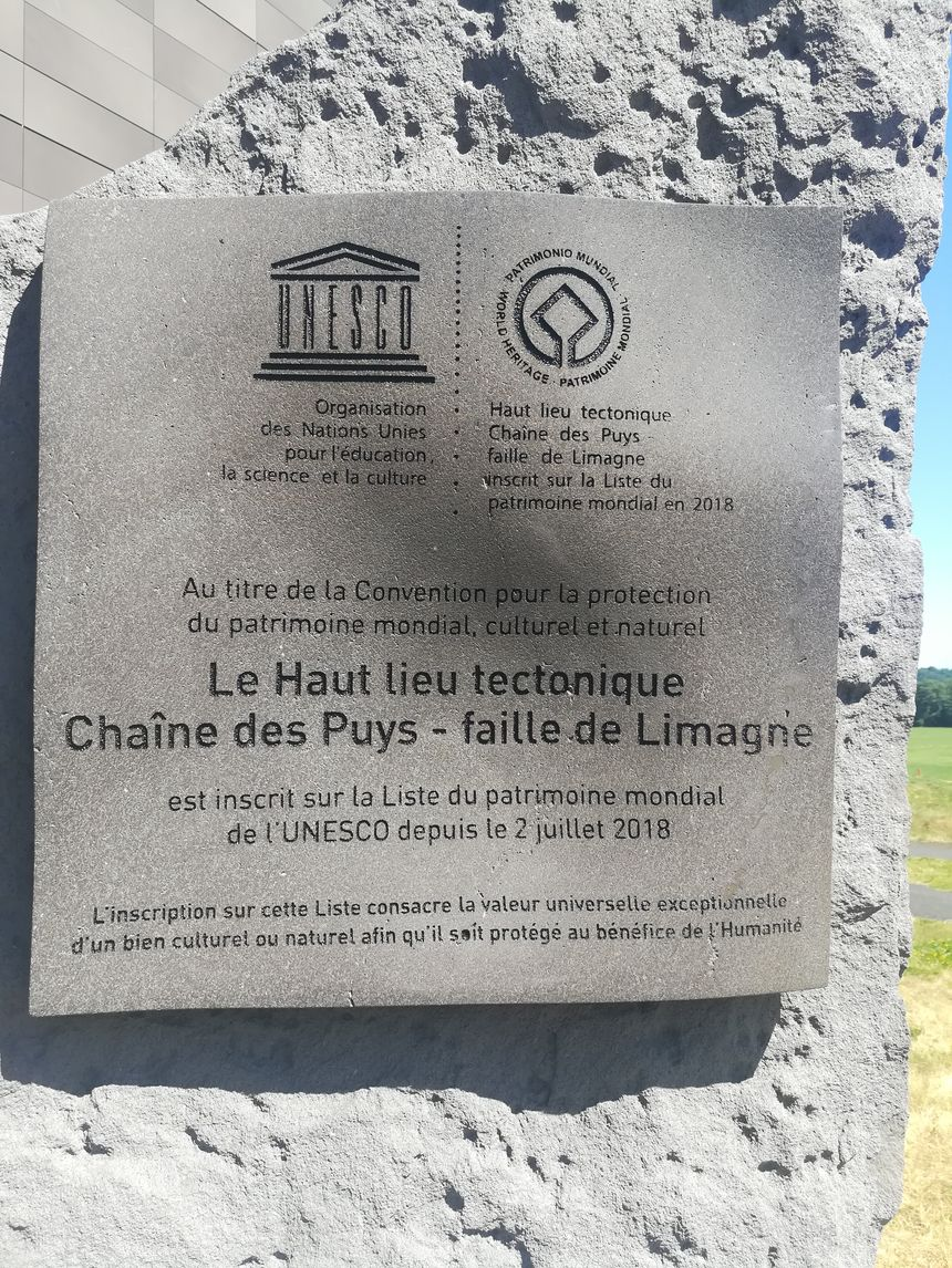 Une stèle commémorative a été placée à l'entrée de la gare du Panoramique des Dômes.