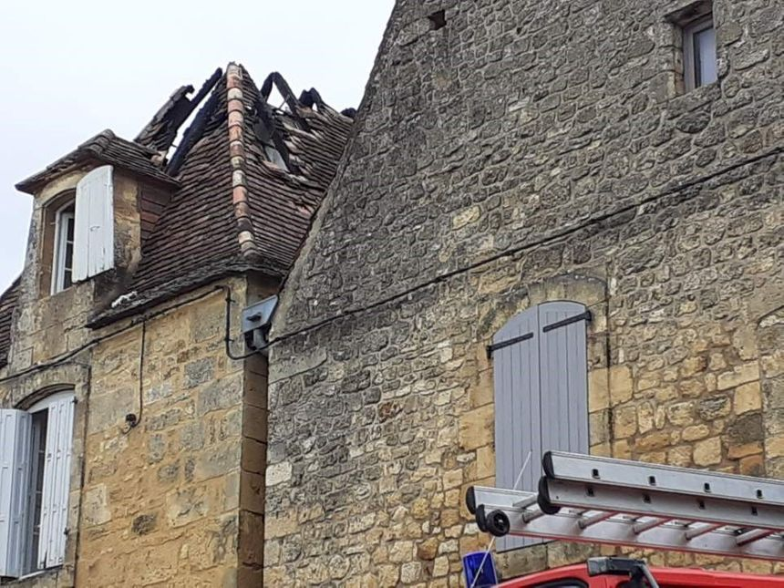 La toiture de la maison très abîmée