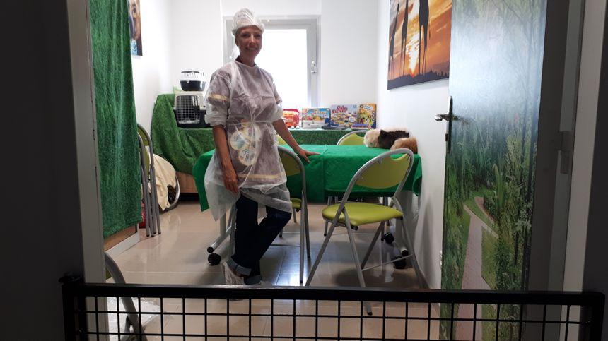 Amanda Volpato monitrice édcatrice avec les animaux d'Ani'nomade dans le local de l'association, Coup de Pouce au CHU de Dijon.