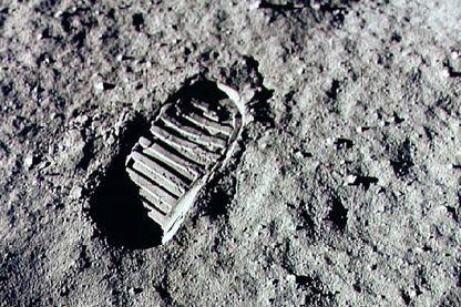 Une trace du passage sur le sol lunaire de Neil Armstrong et Buzz Aldrin sur la Lune lors de la mission Appolo 11