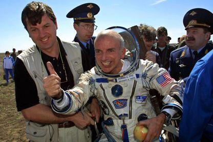 Dennis Tito, premier touriste de l'espace à son retour sur terre le 6 mai 2001 au Kazakhstan