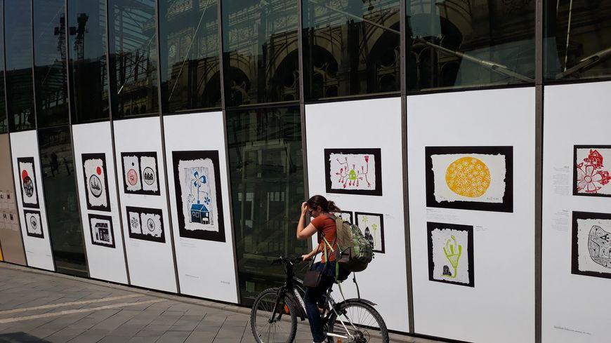 Des artistes syriennes réfugiées en Turquie exposent leurs oeuvres sur la façade de la gare de Strasbourg