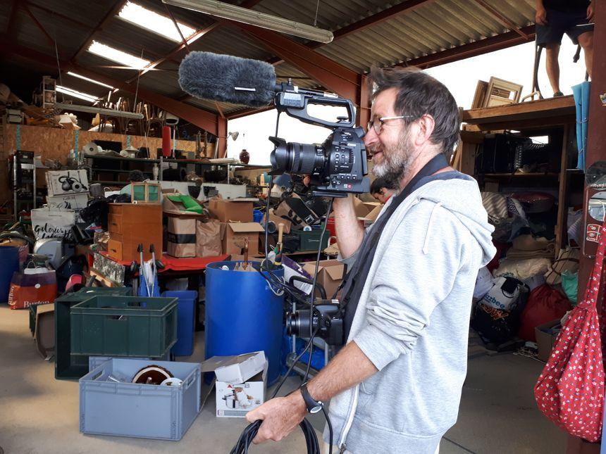 Christophe, un habitant d'Eymoutiers fait ses débuts derrière une caméra dans la ressourcerie d'Eymoutiers
