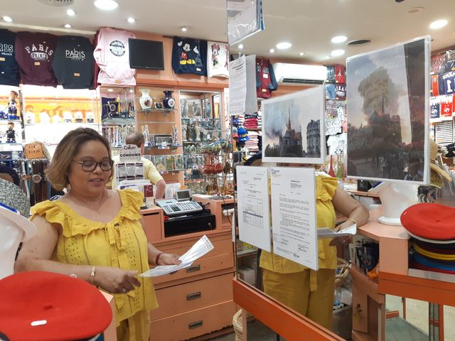 Marie Galore, directrice d'une boutique de souvenir, rue du Cloître, près de Notre-Dame de Paris, le 29 juillet 2019