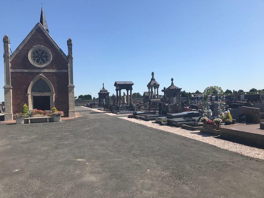 Des paroissiens ont mené des recherches dans le cimetière de Rosières-en-Santerre où les gendarmes ont retrouvés deux des quatre objets volés dans l'église