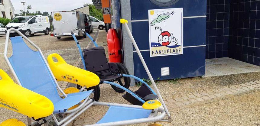 A Vannes, sur la plage de Conleau, un service d'aide à la baignade est également proposé depuis début juillet - Radio France