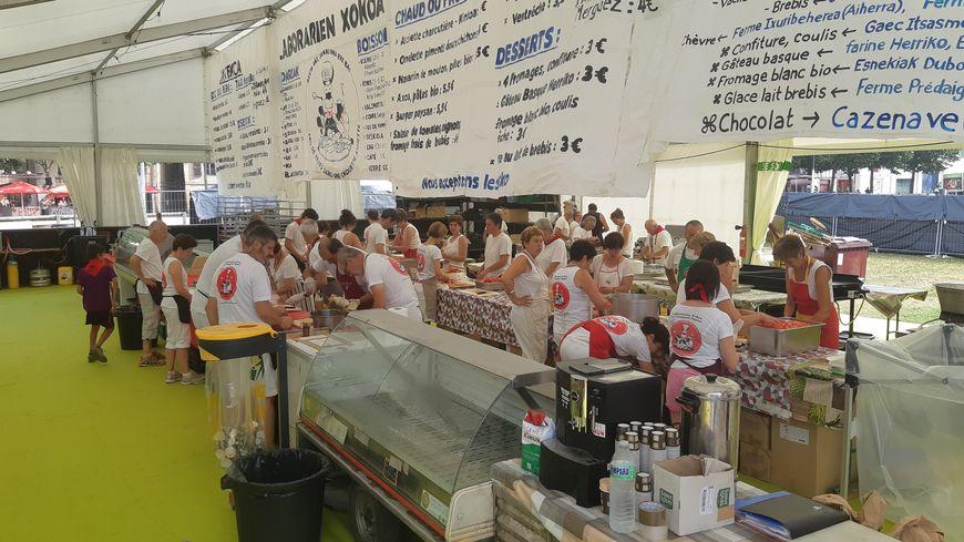Les prix, les aliments et la ferme qui les fournit sont affichés en basque et en français