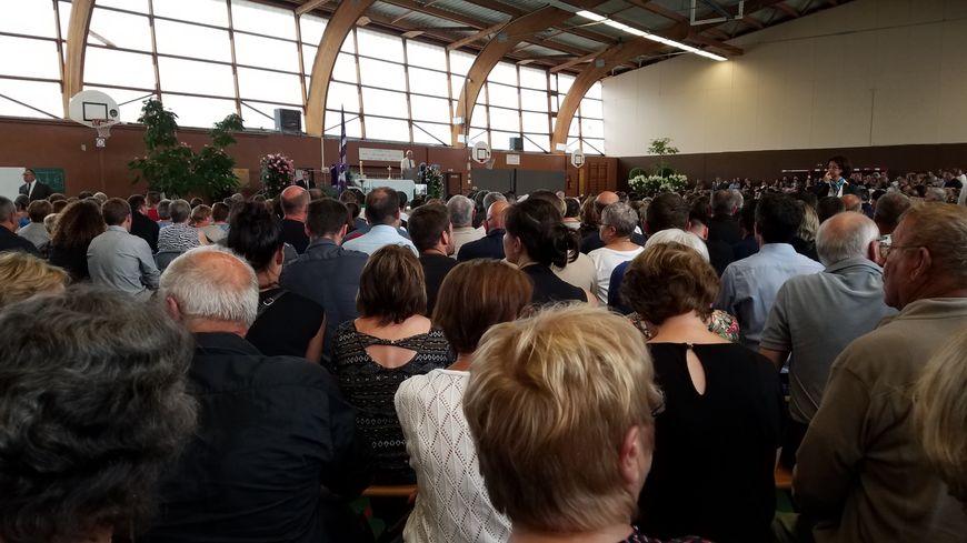 Dans le gymnase, beaucoup étaient venus dire adieu à Aurélie, Sylvain et leurs enfants.