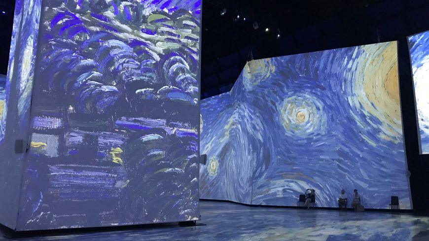 Les œuvres de Van Gogh sont décomposées sur tous les murs de la salle d'exposition