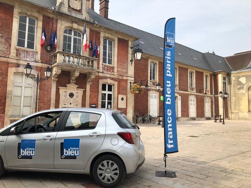 La voiture de France Bleu Paris place de l'hôtel de ville