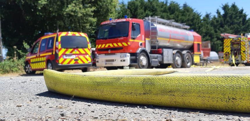 Deux équipes de pompiers se sont relayés depuis le milieu de la nuit pour surveiller les braises.