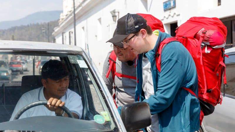 Patrice et Benjamin en pleine négociation d'auto stop au Guatemala