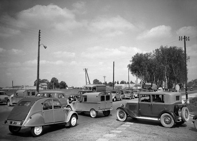 En plein carrefour de la Nationale 7 avant Melun, mai 1956