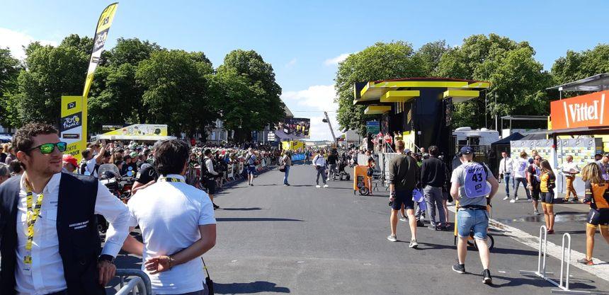 Devant le podium sur le village départ à Saint-Flour.