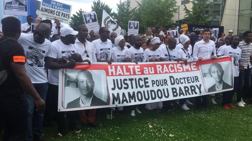 """""""Halte au racisme"""" et """"Justice pour Docteur Mamoudou Barry"""" ont scandé les participants de la marche blanche."""