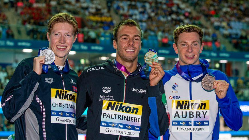 David Aubry (à droite) offre sa première médaille à la France