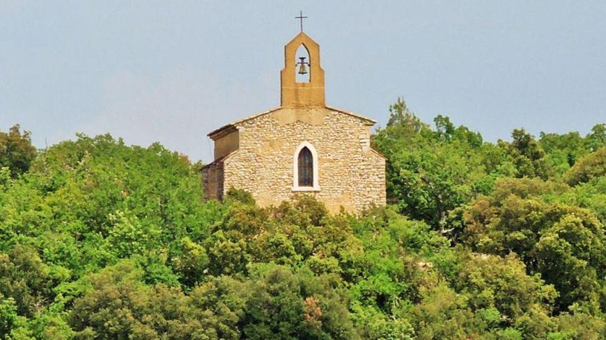 La chapelle Saint Damasse est située au-dessus du village de Ginasservis