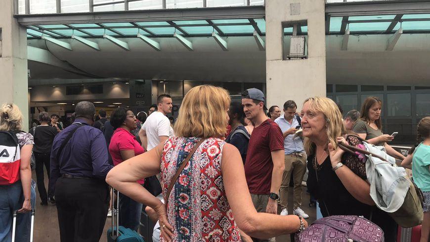 Longue file d'attente à la mi-journée devant la Gare du Nord