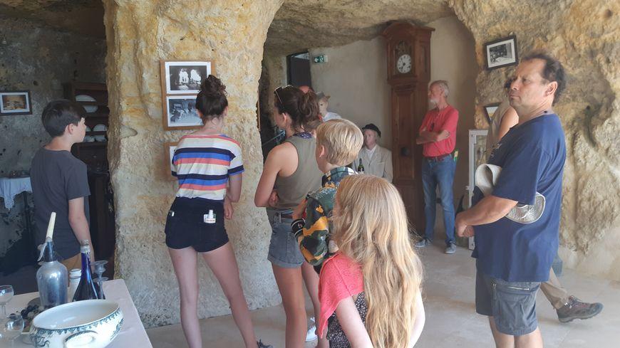 En famille, les visiteurs profitent de la fraîcheur des grottes du Régulus.