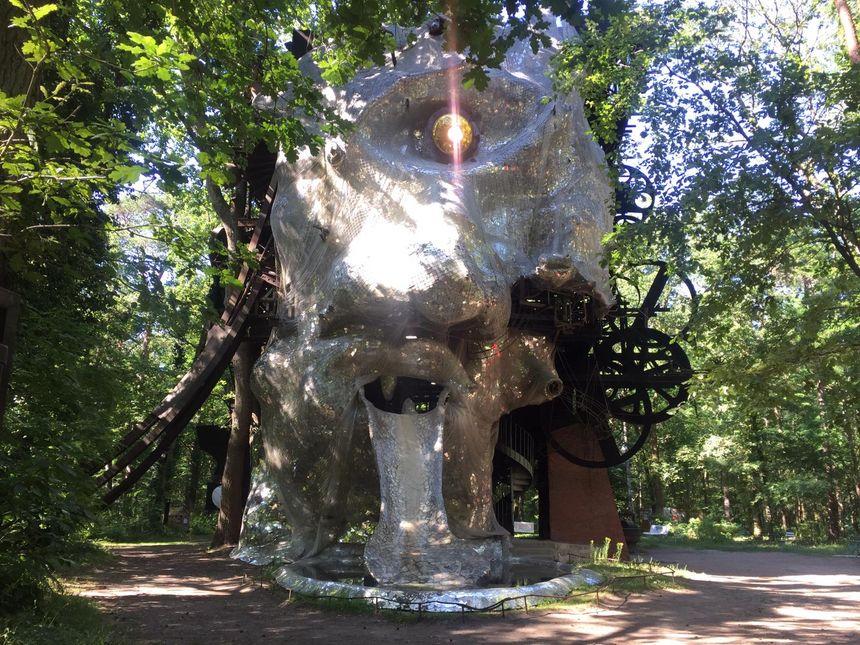 Le monumental Cyclop, à Milly-la-Forêt