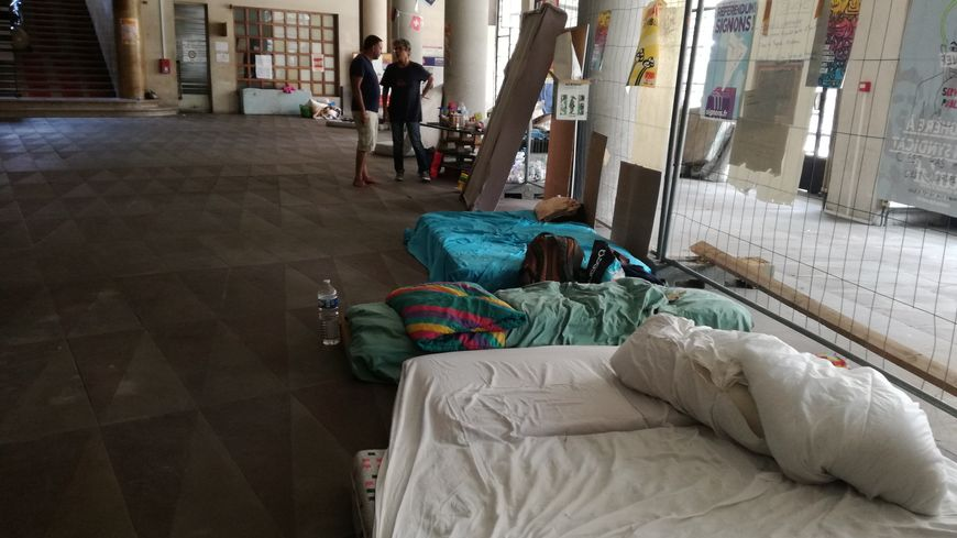 Plusieurs dizaines de personnes dorment temporairement à la Bourse du traval suite à l'expulsion des squats.