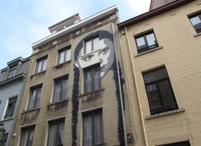 Le visage de Greta Thunberg sur la façade d'un immeuble bruxellois