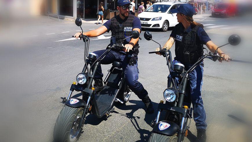 Deux agents de la PM patrouillent à Vias Plage