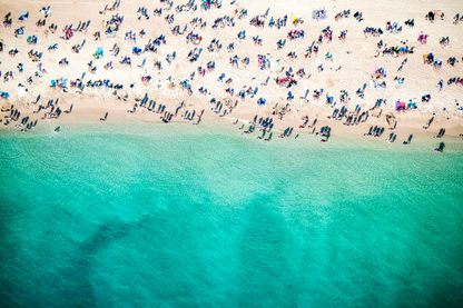Plage méditerranéenne bondée