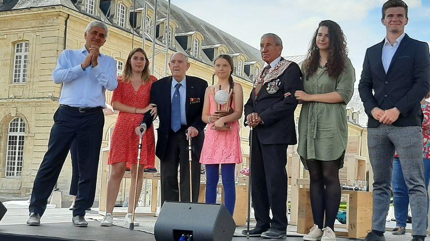 Greta Thunberg et son prix Liberté, entourée par Léon Gautier et Charles Norman Shay, deux vétérans de la seconde guerre mondiale