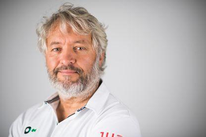 En 2013, Yvan Bourgnon part pour un tour du monde sur un voilier non habitable, sans GPS, sans assistance et sans météo
