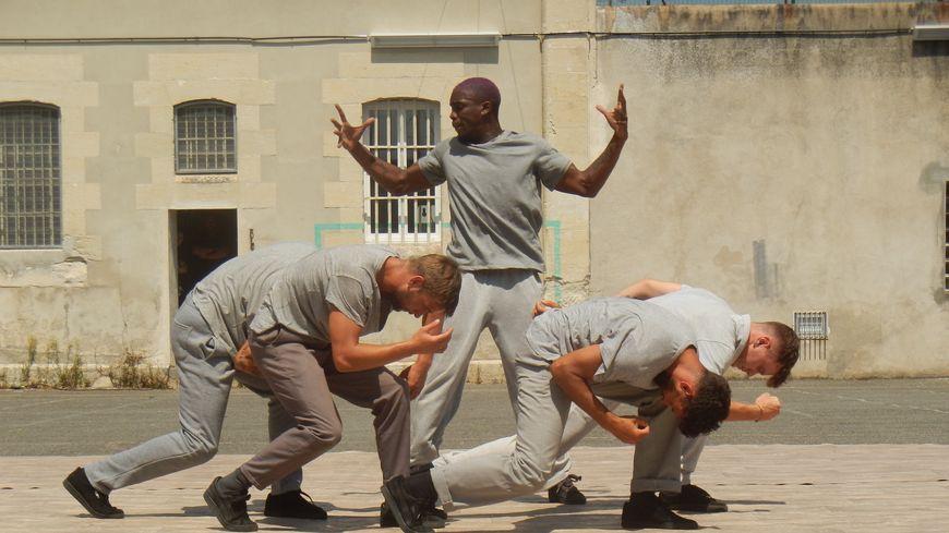 Les cinq danseurs de la compagnie Bakhus ont performé pendant 30 minutes dans la cour de la prison de Périgueux