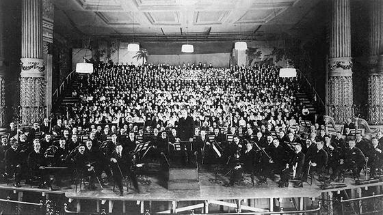 Philadelphie, 1916. La première américaine de la Symphonie n°8  de Gustav Mahler en 1916, sous la direction de Leopold Stokowski avec 1068 musiciens.
