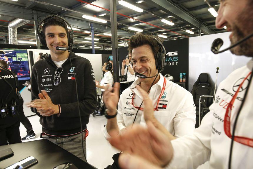 Esteban Ocon, ici aux côtés de Toto Wolff (Team Principal) vit la saison de Mercedes de l'intérieur