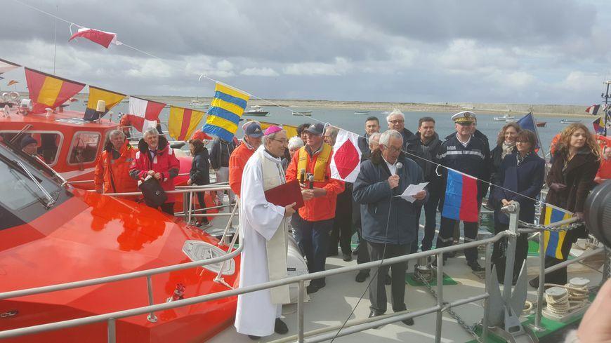 Le maire de l'île explique que ce canot sert aussi de transport sanitaire, quand l'hélicoptère n'est pas disponible. (photo d'archive, en 2016, lors du baptême du bateau)